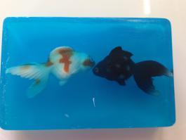мыло с игрушками рыбок внутри